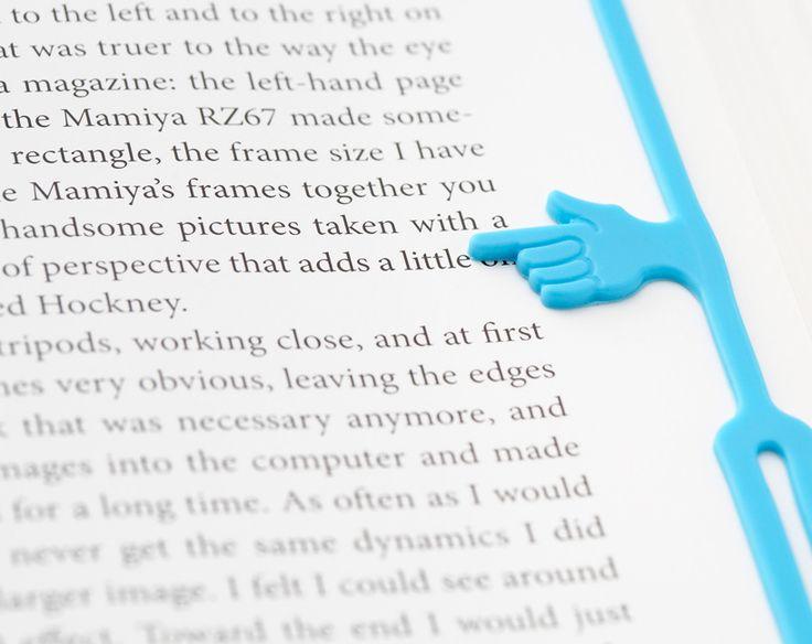 סימניית אצבע שומרת מקום בספר