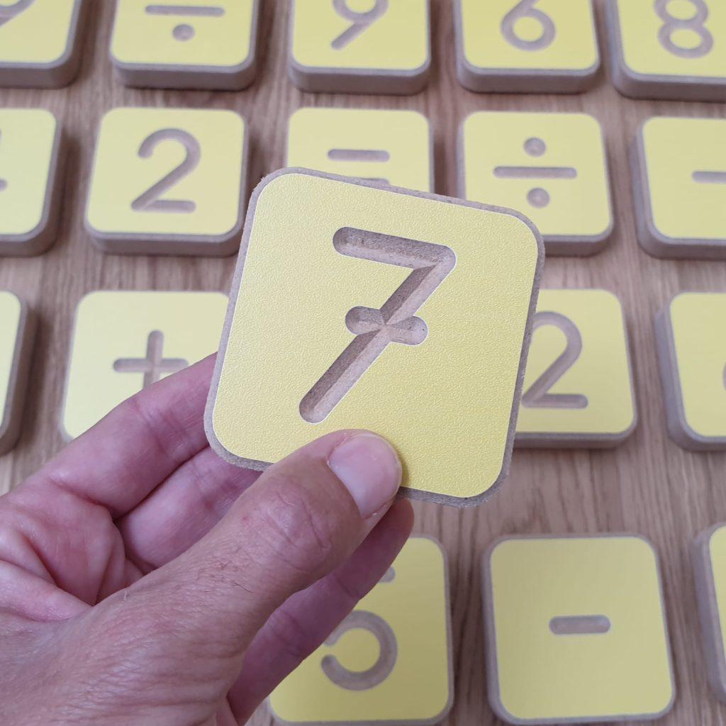 מארז מהודר מספרים וסימני חשבון מעץ